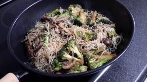 Brécol y champiñones al wok con fideoschinos
