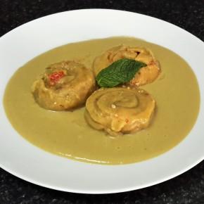 Pasta fresca rellena de pesto rojo a la menta con manzana y en salsa de espárragostrigueros